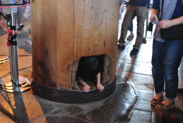 東大寺 大仏殿 柱くぐり