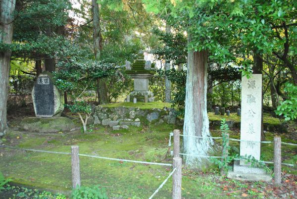 清凉寺 源融の墓